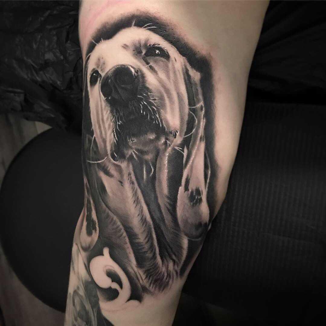 Tattoo eines Hundes in Schwarz Weiß