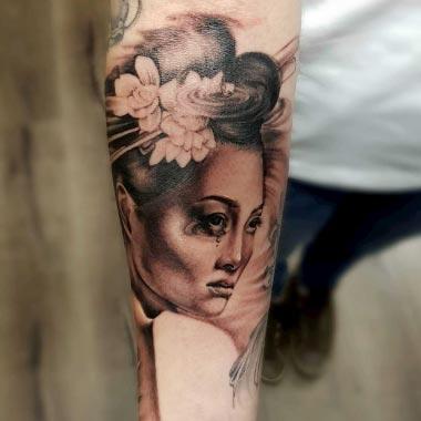 Tattoo auf Arm einer japanischen Geisha in Schwarz Weiß