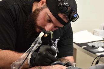 Tattoo Artist Simone beim Tätowieren