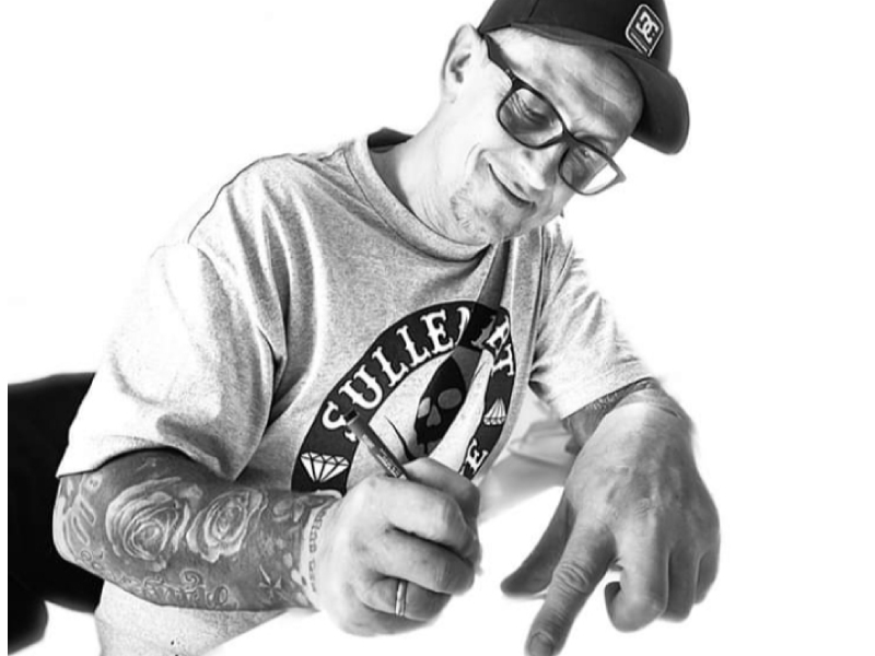 Tattoo Artist Pascal Rosenhauer bei einem Entwurf